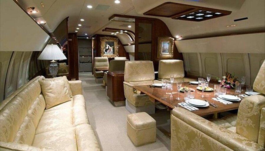 Uçağın içindeki lüks ve konfor herhalde Versailles(Versay) sarayında bile yoktur. Uçakta 24 ayar altın kaplama banyodan yatak odası ve misafir odasına her şey mevcut. Teknolojik açıdan da süper özelliklere sahip olan uçağın tamamı tek bir dokunmatik ekran üzerinden yönetilebiliyor.