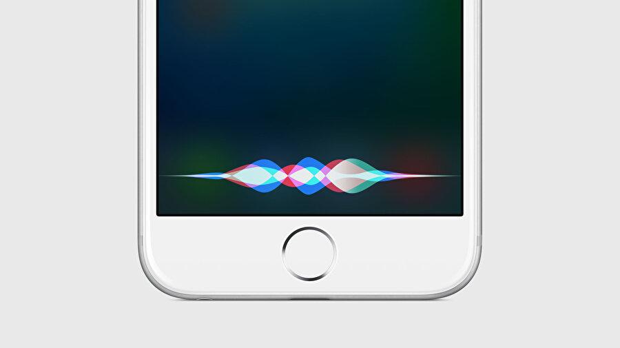 Hiçbir işlem yapmıyorken orta tuşa bir kez tıklayıp Siri'ye komut verebilirsiniz.