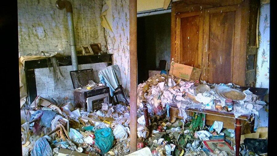 Evin içi restore edilmeden önce kir ve çöp içinde