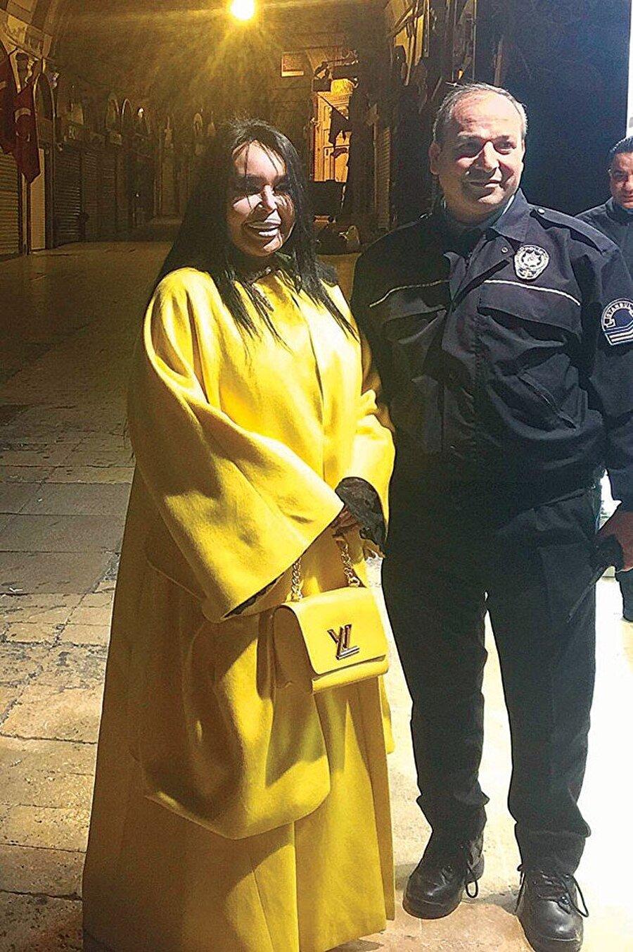 Polislerle fotoğraf çektirdi Dün akşam saatler 20.30'u gösterdiğinde Bülent Ersoy, VIP minibüsüyle Kapalıçarşı'ya geldi. Mağazada iki saat kalan Ersoy, polis memurlarıyla da hatıra fotoğrafı çektirdi.    (Kaynak: hurriyet.com.tr )