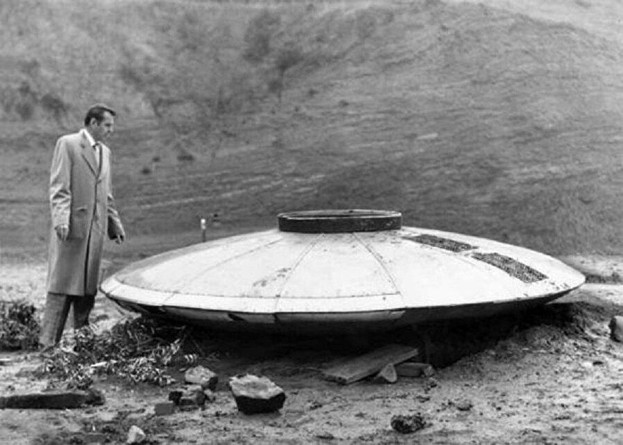 Araştırmalar gizemli bilgileri ortaya çıkardı! Daha sonrasında yapılan araştırmalar neticesinde, tanımlanamayan bu cismin tabanının 186 cm olduğu ve ek olarak yüksekliğin de 124 cm civarında olduğu bilgisine varılıyor. Ortaya çıkan yeni detaylarla birlikte CIA'in UFO'larla temas kurulduğu fakat bunun halen saklandığı ihtimali üzerinde duruluyor. Yani CIA, aslında UFO'larla bağlantı kurabiliyor ama bunu gizliyor olabilir.