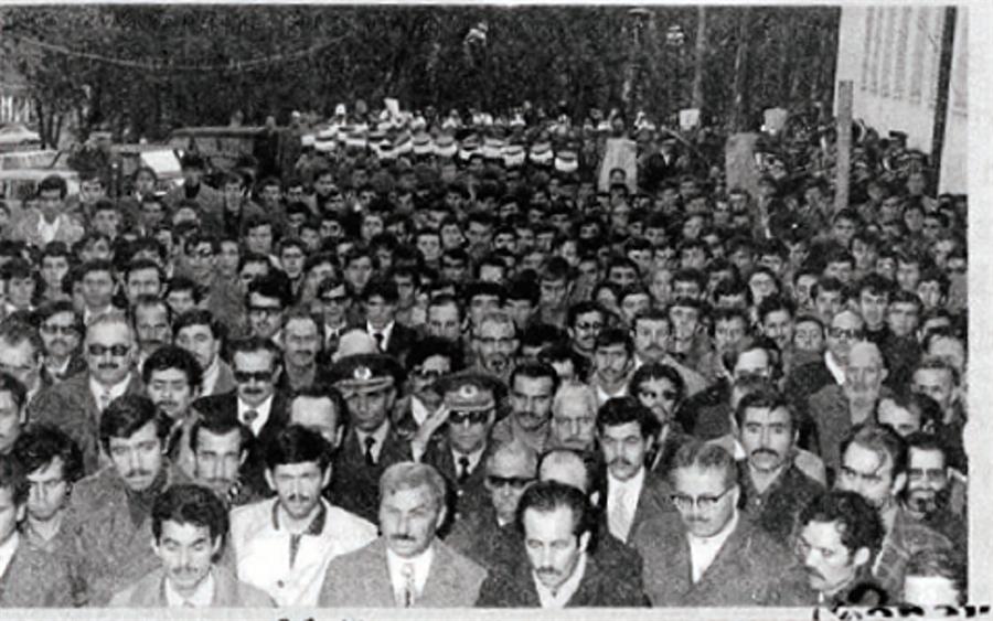 Bir zamanlar generaller Kur'an Kursu açılışlarına katılırlardı Takvimler 28 Kasım 1975'i gösteriyor. Bursa'da İsmail Hakkı Kur'an Kursu kalabalık bir topluluk huzurunda hizmete açılıyor. Arkada başlıklarından tanıdığımız mehter takımının cenk avazeleri kulaklarda çınlıyor. Kalabalığın ön saflarında 2 üst rütbeli subay üniformalarından tanınıyor.   Selam vermelerinden o sırada İstiklal Marşı'nın okunmakta olduğu anlaşılıyor. Subaylardan biri, zamanın Bursa Garnizon Komutanı İbrahim Ethem Aral, diğeriyse ismi tespit edilemeyen bir Albay. Bursa'nın hamiyetperverleri en ön sırayı işgal etmiş. Önde sağdan ikinci (gözlüklü) şahıs, rahmetli Sami Pala'dır. Kendisi Risale-i Nur talebelerinin önde gelenlerindendi. İnsan bu ilginç manzarayı görünce soruyor ister istemez:  1975'te bir Kur'an Kursu açılışına katılan Tümgeneral mi hata ediyordu, yoksa 28 Şubat'ta Kur'an Kurslarını kapatma hedefine kilitlenmiş anlı şanlı generaller mi? Aradan geçen 20 yılda neler değişmişti peki? Üzerinde düşünülmeye değer bir husustur vesselam.
