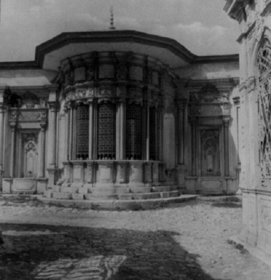 Sakine Hatun sebili İzzet Kumbaracılar'ın İstanbul Sebilleri adlı kitabında verdiği bilgilere göre Topkapı dışında İlyaszade Mahallesi'nde 16. yüzyılda Sakine Hatun tarafından yaptırılan sebil, Sakine Hatun vakfına ait caminin sol tarafında bulunmaktaydı. Vakfiyeye göre yoldan geçenlere günde 7 sofra yemek çıkarıldığı için '7 sofralı Sakine Hatun' adı ile meşhur olmuş, 400 küsur yıl sebilinden su ve sofrasından yemek vermiştir. 5 pencereli olan sebilin ortasındaki tatlı kuyudan su çekilip pencerelerinden halka verilirdi.  19. yüzyılda bakımsız, perişan bir halde olduğu bilinen sebil, 13 Haziran 1956'da belediye tarafından acımasızca yıktırılmış ve yok edilmiştir.    Bugün sebilin bağlı olduğu İlyaszade Camii, Topkapı dışında Panaroma 1453 Müzesi'nin yakınında yeniden inşa edilmiş ancak sebil yaptırılmamıştır.