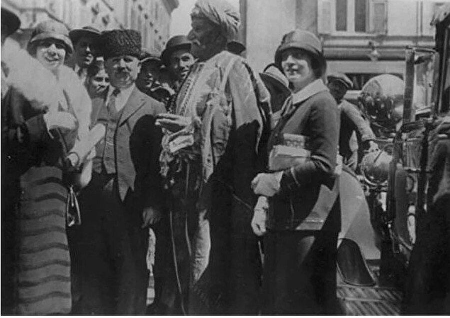 10 padişah gördü, 29 kez evlendi                                                                                                                                                                                                                               10 Osmanlı padişahı, 28 sadrazam, 1 cumhurbaşkanı, 5 başbakan görüp 6 savaşa katılmış; bazı kaynaklara göre 7, bazılarına göre 13, başka bir kaynağa göre ise 29 kez evlenmiştir. 5'i kız, 8'i erkek 13 çocuğu ile 29 torunu vardır.