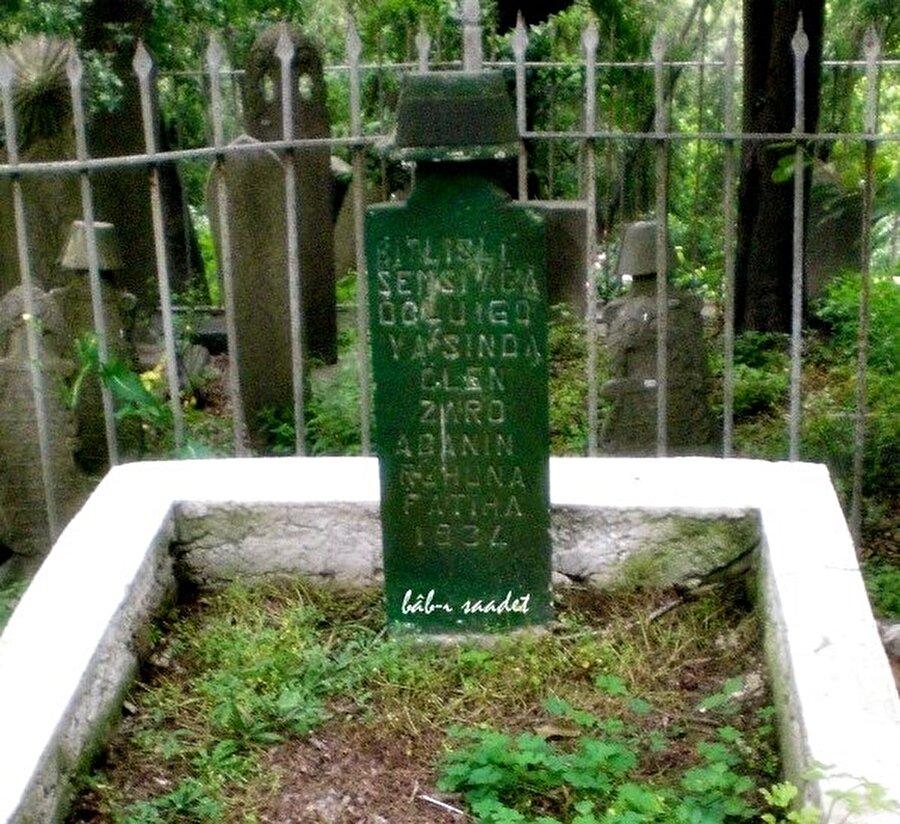 Mezarı  İstanbul'da                                                                                                                                                                                                                               Zaro Ağa'nın mezarı İstanbul'da Eyüp Kabristanı'nda bulunuyor.