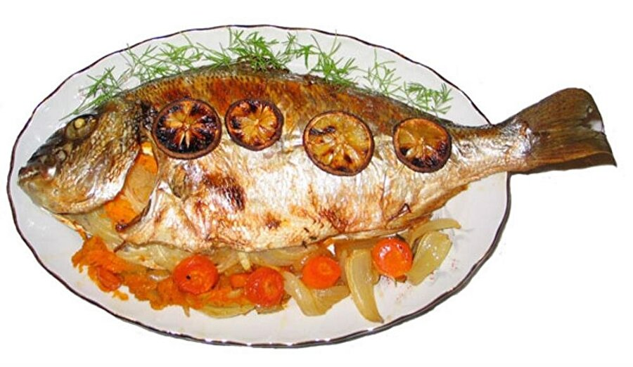 Hafızamızı güçlendirmek için                                      Çocukken neredeyse hepimiz ailemizin zoruyla balık yağı içmişizdir. Aslında o zamanlarda sevmediğimiz bu balık yağının faydası oldukça büyüktür. Sadece balık yağı içerek değil aynı zamanda balığın kendisini de yiyerek bunlardan faydalanabiliriz. İçerdiği omega-3 yağ asitleri sayesinde balık demans ve hafıza sorunlarının önüne geçer. Aynı zamanda konsantrasyon bozukluklarını engeller, davranış ve dikkat eksikliğini yenmiş oluruz.