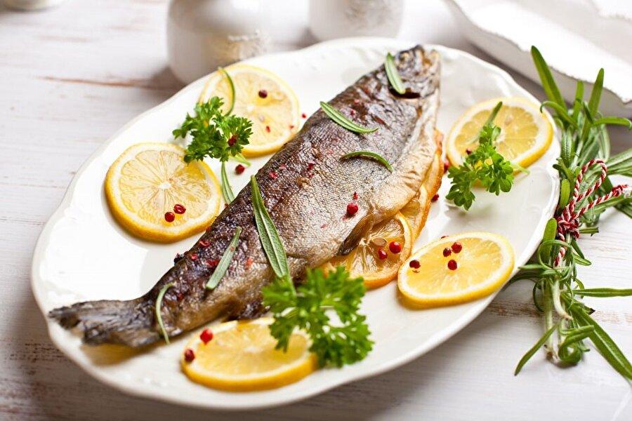 Kalp hastalığının önüne geçmek için                                      Her balık faydalıdır fakat omega-3 bakımından daha zengin olan somon, ton balığı, ringa, alabalık, morina, uskumru ve kefalin yeri ayrıdır. Söz konusu bu balıkları sık sık tüketerek kalp hastalıklarına yakalanmanın önüne geçmiş oluruz.
