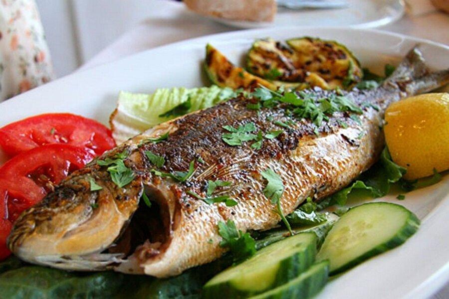 Şeker hastalığına yakalanmamak için                                      Balığın içerisinde bulunan omega-3 yağ asitleri insülin etkinliğini artırarak şeker hastalığına yakalanma riskini düşürmektedir. Özellikle balığın kas etlerini yiyerek şeker hastalığının önüne geçebilirsiniz.