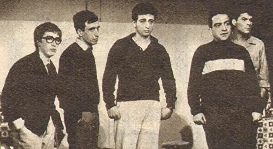 Eser ilk olarak tiyatro oyunu olarak seyirciyle buluştu. Bunu gerçekleştiren Zeki Alasya ve Metin Akpınar oldu.