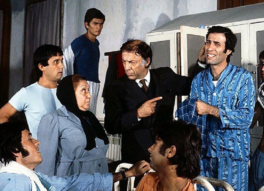Hikayede yer alan İnek Şaban ve Mahmut Hoca rolleri film için daha doğrusu oyuncular Sunal ve Özkul için bu haline getirilecek şekilde revize edilmiştir.