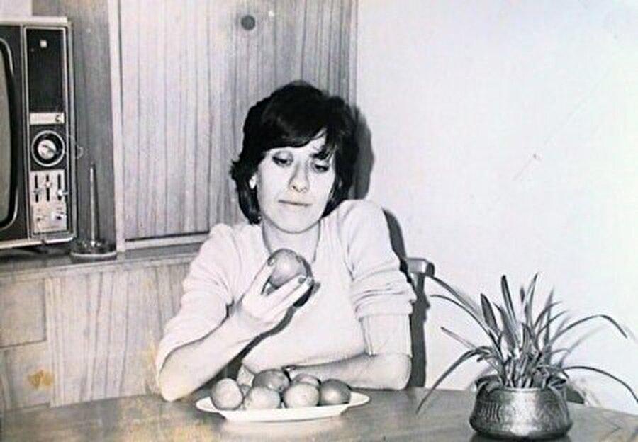 Hababam Sınıfı 1'de bilgi yarışması sunucusu olan Ayşen Gruda'nın sinemadaki ilk rolü bu rol olmuştur.