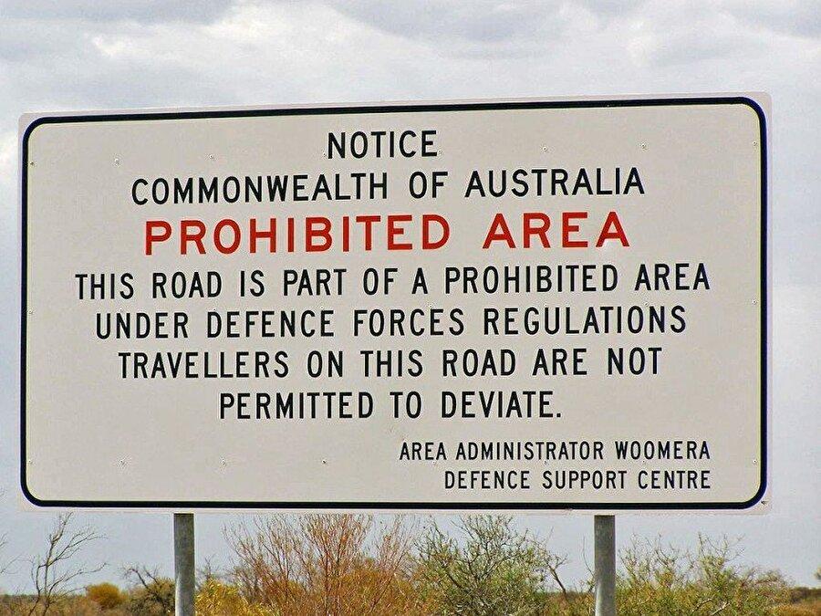 Woomera Yasak Alanı – Avustralya Woomera Yasak Bölgesi, içeride yürütülen faaliyetlerden dolayı yasaklanmış bir arazi. Bu alan askeri denemeler için kullanılıyor ve türünün gezegendeki en büyük örneği.