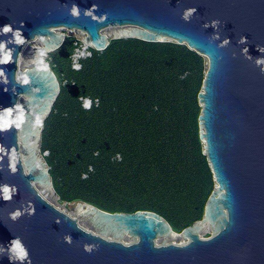 Kuzey Sentinel Adası – Andaman Adaları, Bengal Sentinel Adası Hint Okyanusu'ndaki en güzel adalardan bir tanesi ama adaya girmek imkansız. Bu adada yaşayan insanlar misafir kabul etmiyor. Bu insanlar modern medeniyeti ve dışarıdan gelen herhangi birini tamamen reddetmiş durumdalar. Fazla yaklaşan helikopterlere ve alçaktan uçan uçaklara bile taş ve oklarla saldırıyorlar.