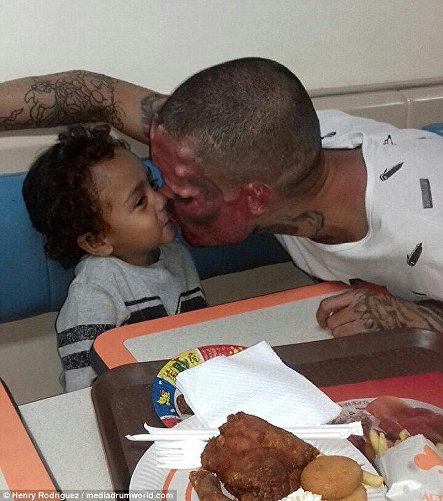 Çocuğu korkmuyor                                                                            3 yaşında bir oğlu olan Henry'nin çocuğuyla arasının iyi olduğu da görülüyor.