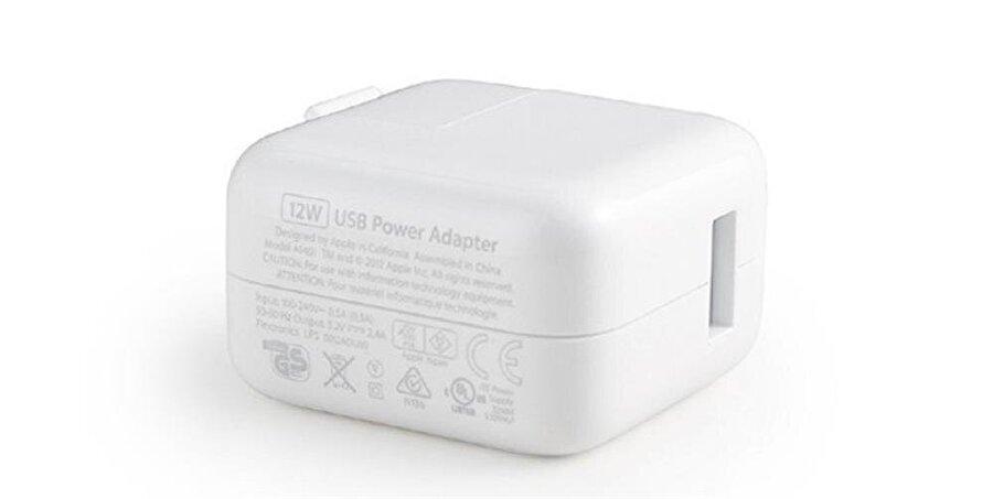 Daha yüksek çıkış sağlayan bir adaptör kullanmak                                                                           iPhone'ları hızlı şarj edebilmek için kutudan gelen adaptör haricinde daha yüksek bir çıkış sağlayan adaptör kullanılabilir. Apple, geçtiğimiz dönemlerde bu konuyla ilgili açıklamalar yapmış ve iPhone'ların, iPad adaptörleriyle şarj edilebileceği bilgisini vermişti.   Yani böylece standart 5 Watt 1 Amper çıkış sunan adaptör yerine 12 Watt 2.1 Amper çıkışlı bir adaptör kullanarak iPhone'u daha kısa sürede şarj edebilirsiniz.  Ancak bu noktada üzerinde durulması gereken bir konu var; Apple ürünleriyle kullanacağınız adaptörlerin mutlak suretle orjinal olması gerekiyor.