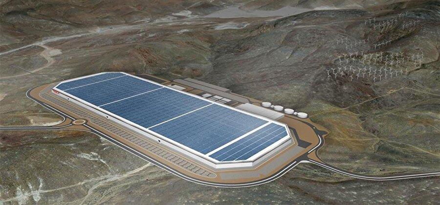 Bataryaları kuvvetlendirmek                                                                                                                                                                                                                               Akıllı telefon, tablet ve diğer tüm elektronik cihazlarda yer alan bataryalar elbette elektrikli otomobillerde de karşımıza çıkıyor. Bu noktada Tesla'nın Gigafactory isimli fabrikası devreye giriyor. Yeni nesil lityum iyon bataryaların üretileceği bu tesis, dünyanın en büyük fabrikalarından biri olarak karşımıza çıkıyor.