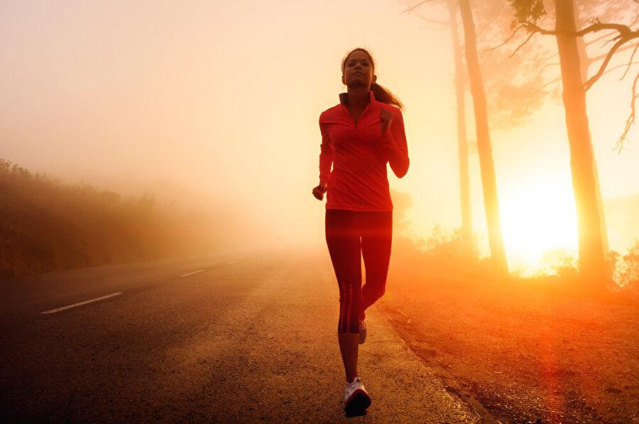 Sabahınızı planlayın.                                      Fazladan kazandığınız zamanda ne yapacağınıza karar verdikten sonra, bir gece önceden mümkün olduğu kadar hazırlık yapın. Örneğin sabah egzersiz yapmak istiyorsanız,  bir gece önceden giysilerinizi hazırlayın, veya kahvaltıda yiyeceğiniz şeyleri seçip ayırın.
