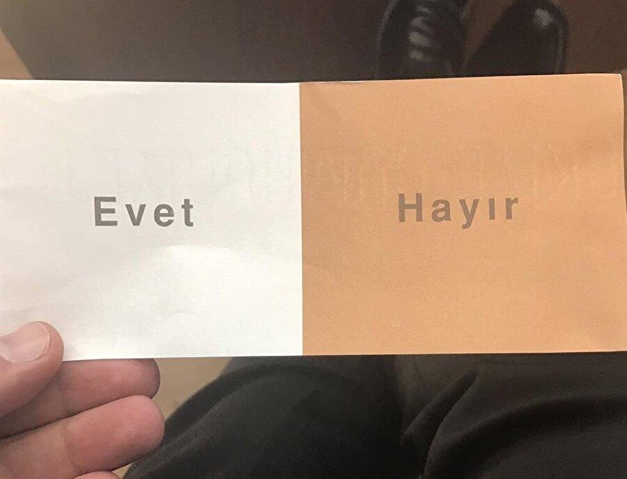 """Referandum pusulasında beyaz renk üzerinde 'Evet', kahverengi renk üstünde 'Hayır' ibareleri bulunacak ve """"Tercih"""" mührü vurulacak."""
