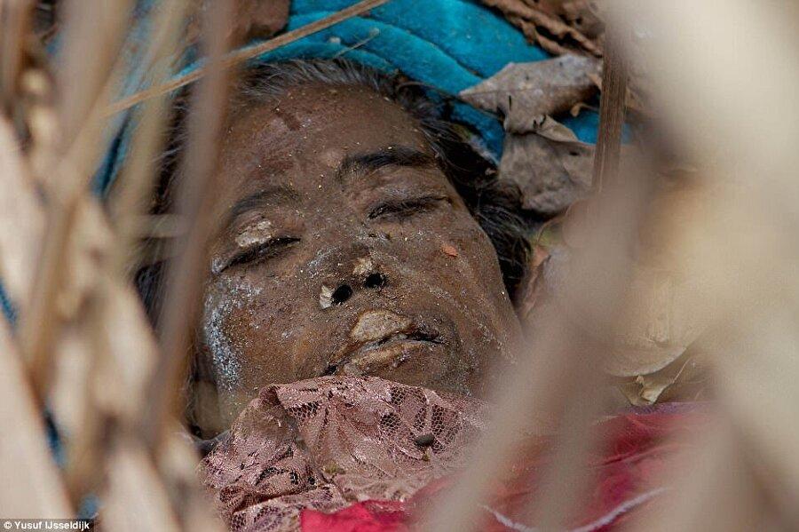 İşin ilginç tarafı ise bu garip cenaze ritüeli yalnızca evli olanlara yapılıyor. Bekarken ölenler toprağa gömülüyor.