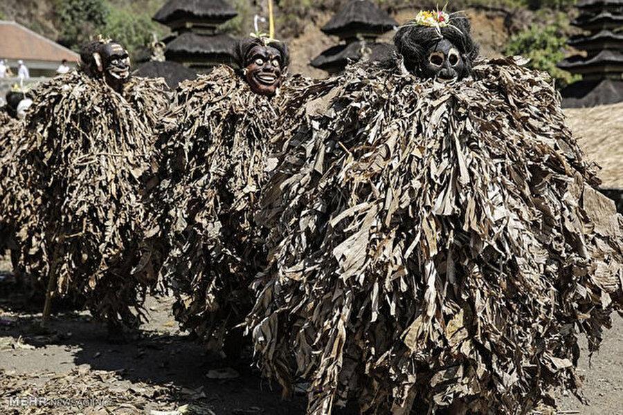 Üç gün süren bu törenlerin ardından bambular boşaltılıyor(Kaynak: dailymail.co.uk)