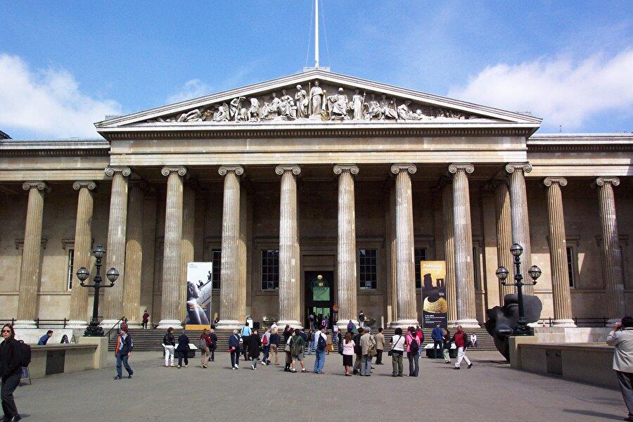British Müzesi, Londra                                                                                                                1753 yılında kurulan British Museum, dünyanın en eski ve en büyük müzelerinden biri. Sekiz milyonun üzerinde bir koleksiyona sahip olan müzede eski çağ uygarlıkları, sikkeler, çizim ve sanat eserleri bölümleri bulunuyor.Anadolu topraklarına ait birçok tarihi eserin yer aldığı müzeyi Londra'da ücretsiz ziyaret edebilirsiniz.
