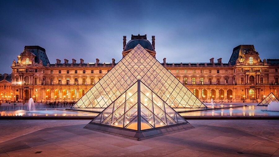 Louvre Müzesi, Paris                                                                                                                Dünyanın en ünlü müzelerinden biri olan Louvre, her ayın ilk pazar günü ücretsiz ziyaret edilebilir.