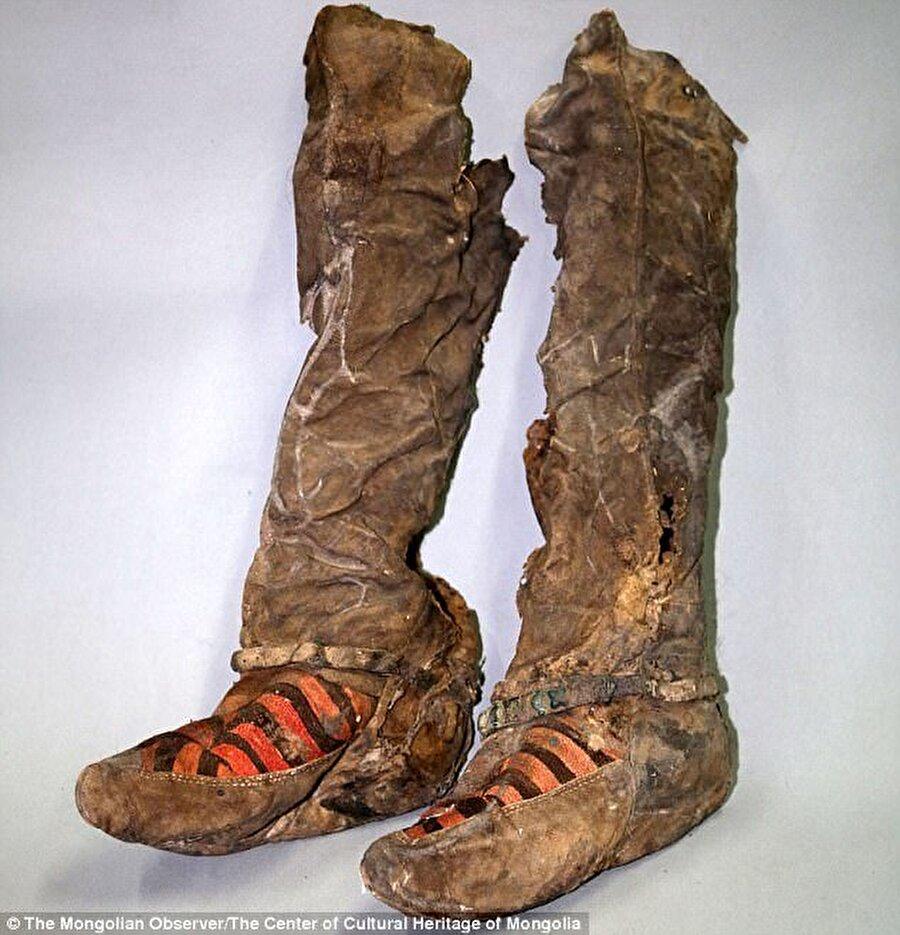 Bu botları restore ederek tam görünümünü ortaya çıkaran uzmanlar, botların Adidas'ın bir bot modelinin aynısı olduğunu fark ettiler.