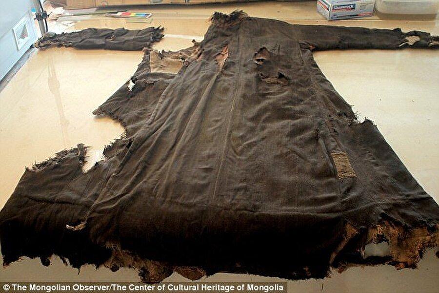 1 hafta önce Moğolistan'ın Altay dağlarında keşfedilen kadının mumyalanmış vücudu öylesine muhafaza edilmişti ki, bilim insanları muhafaza ettiği sırları açığa çıkarmak için 1 yıla yakın uğraştı. 1000 yıllık mumyanın mezarında bulunan eşyalar arasında at ve koç kafaları, bıçak ve dikiş setine de rastlanıldı.