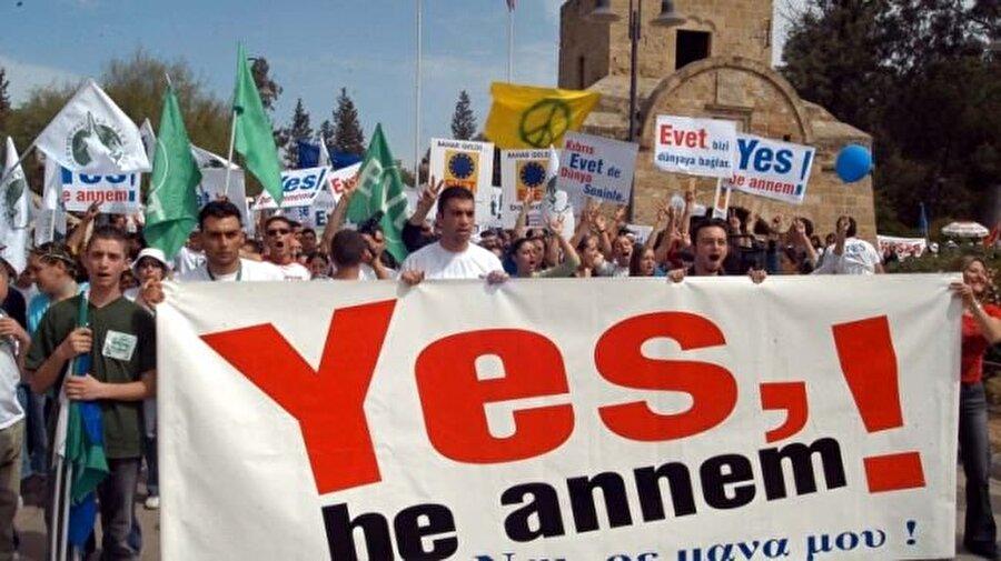 Kıbrıs 2004 (Annan Planı referandumu)                                                                                                                                                     2004 Annan Planı halkoylaması, Kıbrıs Adası'nda yaşayan ve 1963'den bugüne ayrı olan iki toplumu iki kesimli tek devlet bünyesinde birleştirmek maksatıyla dönemin Birleşmiş Milletler genel sekreteri Kofi Annan tarafından hazırlanan plan için 24 Nisan 2004 tarihinde yapılan halkoylaması. Annan Planı için yapılan referandum Kıbrıs Türkleri'nin kabulune rağmen Kıbrıs Rumları'nın yüzde 75.83'ünün hayır oyu vermesiüzerine hayata geçememiştir.           Planın Rumlar tarafından reddi üzerine adanın yalnızca güneyinde egemen olan Kıbrıs Cumhuriyeti Kıbrıs adasının tamamı adına Avrupa Birliği'ne girmiştir.