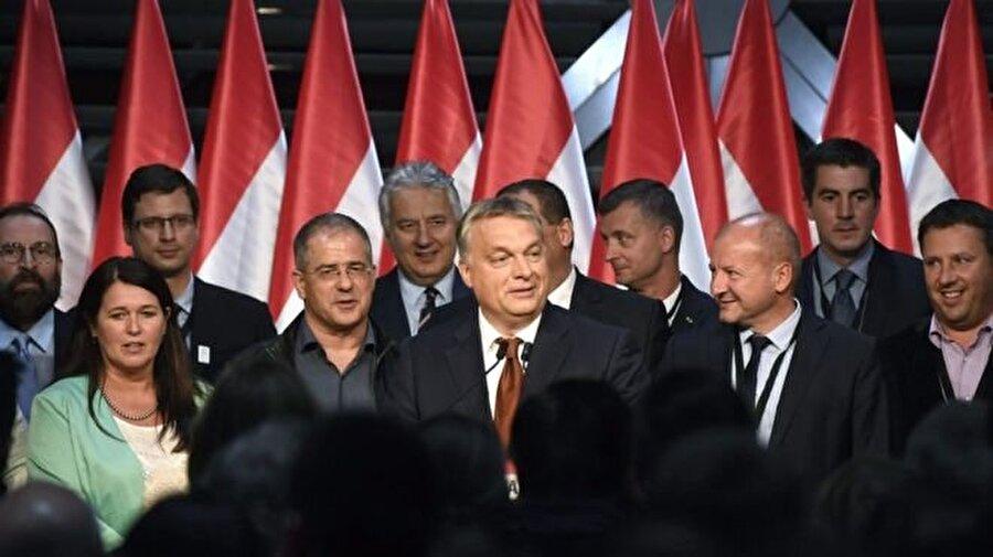 """Macaristan 2016 (Mülteci referandumu)                                                                                                                                                     Macaristan'da dün yapılan referandumda oy kullananların yüzde 98'i, Avrupa Birliği'nin (AB) ülkeye 2 yıl içinde 1294 mülteci yerleştirmesine yönelik planını reddetti.     Ancak yüzde 50'lik katılım sağlanamadığı için referandum sonucu geçerli olmadı.           Referandumda halka """"Avrupa Birliği'nin, Ulusal Meclisin bile onayı alınmadan Macaristan vatandaşı olmayan kişileri Macaristan'a yerleştirmesine karar vermesini istiyor musunuz?"""" sorusu sorulmuştu."""