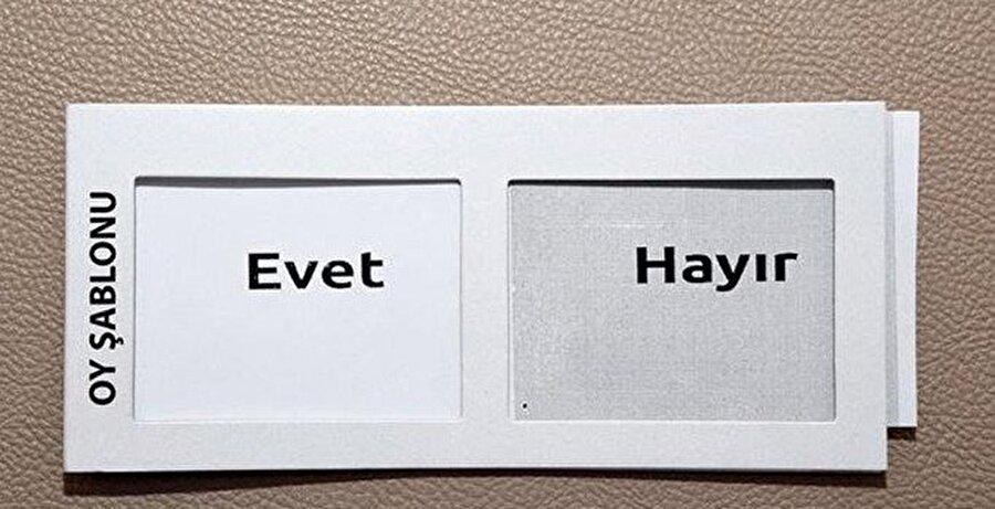 """Şablon hazırlandı Görme engellilerin rahatlıkla oy kullanması içinse özel bir şablon hazırlandı. Hazırlanan şablonun sol tarafı """"evet"""" sağ tarafı """"hayır"""" olarak belirlendi."""