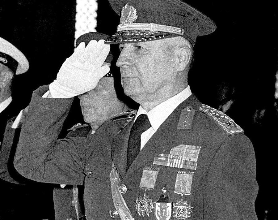 """7 Kasım 1982: İkinci darbe ikinci referandum (%91,4 Evet)                                                                                                                                                                                                                                                                                                         1961'de olduğu gibi Türkiye ikinci referandumuna da ikinci bir darbeyle gitti. Tıpkı 61'de olduğu gibi Kenan Evren liderliğindeki darbecilerin hazırlattığı anayas referanduma sunuldu. Türkiye tarihinde bir rekor gerçekleşti ve yüzde 8,6 oranında """"hayır"""" oyuna karşılık, yüzde 91,4 oranında """"evet"""" oyu aldı."""