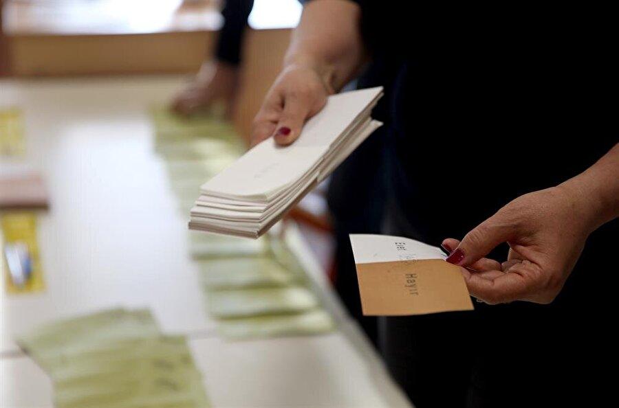 Oylama saati sandıklara koşan ilk kişiler ise muhtemelen pazar günü çalışanlar oldu. Sabah oylarını kullanan vatandaşlar ardından işlerine gitti.