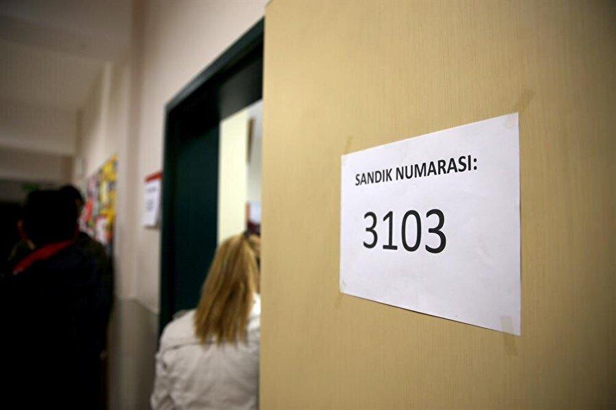Doğudaki 32 ilde oylama saat 07.00'de, yurt genelinde ise 08.00'de başladı.