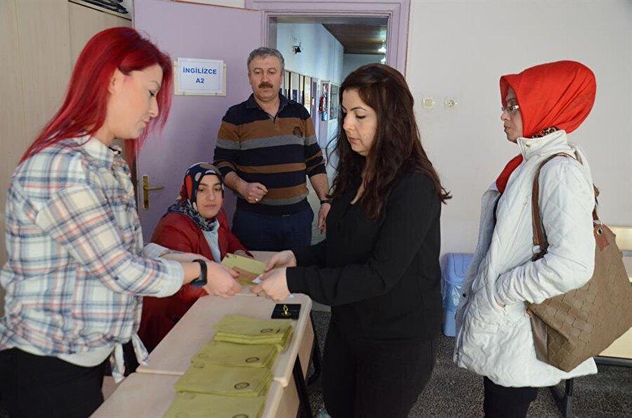 Anayasa değişikliği için tüm Türkiye sandık başına gitti. Peki, ilk oyu kim kullandı?