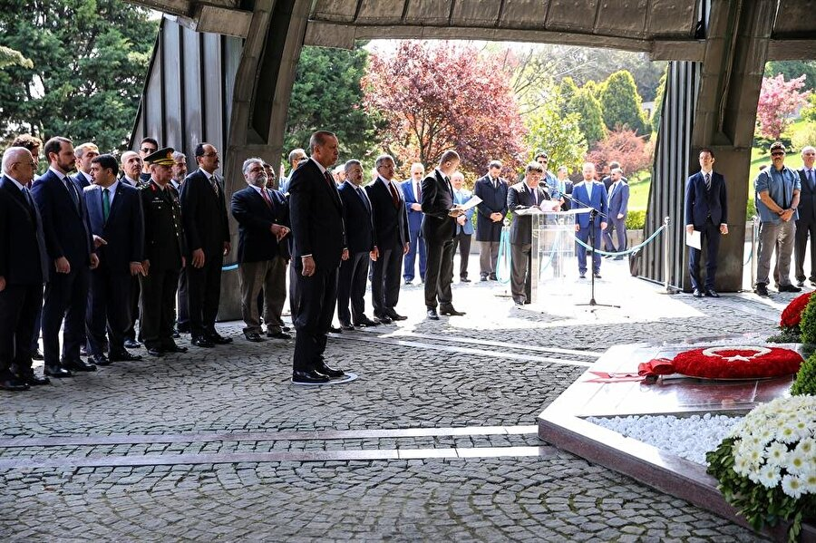 İlk ziyaret 8. Cumhurbaşkanı Turgut Özal'a: Güçlü yürütme ve istikrar Cumhurbaşkanı Erdoğan, güçlü yürütme ve kurumsallaşmış istikrarı savunan 8. Cumhurbaşkanı Turgut Özal'ın ölümünün 24. yılı nedeniyle düzenlenen törene katıldı. Topkapı'daki Anıtmezar'da Cumhurbaşkanı Erdoğan'ın da katılımıyla düzenlenen törende, Özal'ın eşi Semra Özal, çocukları Ahmet ve Efe ile gelinleri Elvan ve Sinem Özal, torunları Turgut, Serra ve Merve Özal ile TBMM Başkanı İsmail Kahraman, Cumhurbaşkanlığı Sözcüsü İbrahim Kalın, Enerji ve Tabii Kaynaklar Bakanı Berat Albayrak ile siyasiler ve sevenleri yer aldı. Erdoğan, Özal'ın, seksenli yıllarda Türkiye'de demokrasinin canlanmasında önemli rol oynadığını vurgulayarak, Özal'ın milletin gönlünde müstesna bir yere sahip olduğunu ifade etti.HEP BAŞKANLIĞI SAVUNDU Siyaset hayatı boyunca pek çok kez çift başlılık kriziyle mücadele eden Turgut Özal, her fırsatta başkanlık sistemini savundu. Erdoğan, Cumhurbaşkanlığı sisteminin toplum tarafından kabul edilmesinde büyük pay sahibi olan Özal'ın anma programına katılarak vefa örneği sergiledi.