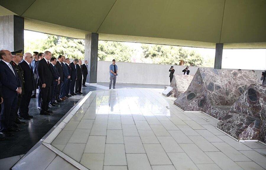 Adnan Menderes'in naaşının bulunduğu anıt mezarı ziyareti: Vesayete dayalı parlamenter sistem tarihe karıştı Erdoğan, Yassıada'daki yargılamaların ardından idam edilen eski başbakanlardan Adnan Menderes ile bakanlar Fatin Rüştü Zorlu ve Hasan Polatkan'ın naaşlarının bulunduğu anıt mezarı ziyaret etti. Mezarda, Kur'an-ı Kerim tilavetinin ardından dua edildi. 27 Mayıs 1960 darbesinin ardından milletin seçtiği başbakanı idam eden darbeciler nisbi temsil sistemi getirerek TBMM'de bir partinin tek başına iktidara gelmesinin önüne geçmeyi amaçlamışlardı. 16 Nisan'da yapılan referandumda merhum Menderes'i idam edenlerin temelini attığı vesayete dayalı parlamenter sistem tarihe karıştı. Erdoğan'ın 17 Nisan sabahı Menderes'in kabrine ziyareti de bu nedenle büyük anlam ifade ediyordu.