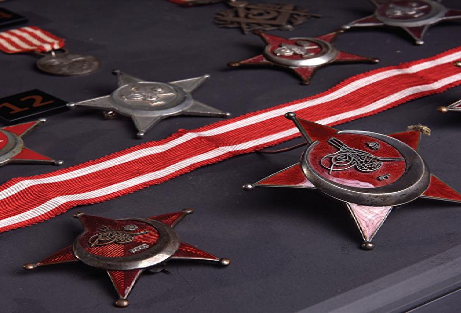 Zaferin şahitleri 1. Dünya Savaşı'nın muhtelif cephelerindeki başarıların ardından Osmanlı Devleti aşağıda görülen madalyaları hak edenlere takdim etmişti. Ne yazık ki henüz Kûtu'l-Amâre zaferine mahsus bir madalyaya rastlamadık.