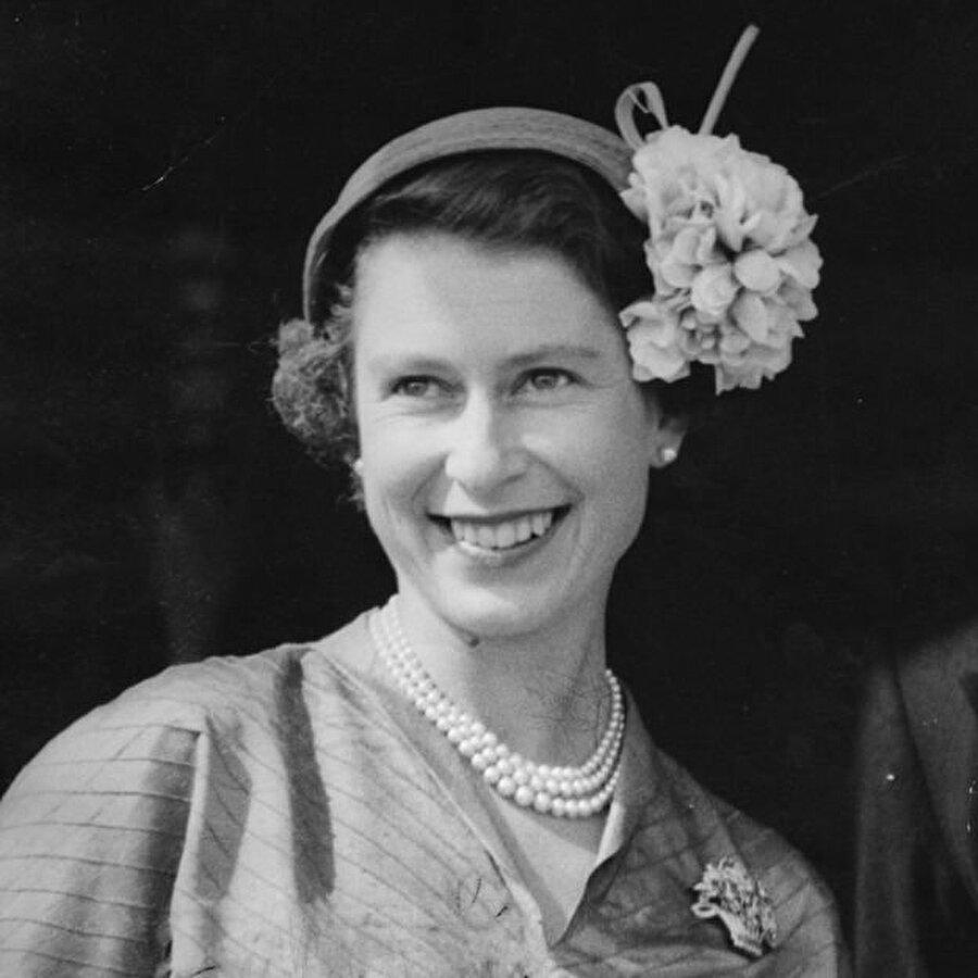Elizabeth, 2015 yılında 89 yaşındayken büyükannesi Kraliçe Victoria'nın en uzun süre tahtta kalma rekorunu kırmıştı. Kraliçe'nin tahtta kalma rekoru, en büyük oğlu 70 yaşındaki Galler Prensi Charles'ın da Birleşik Krallık'ta en uzun süredir tahtı bekleyen varis olmasına neden oldu.