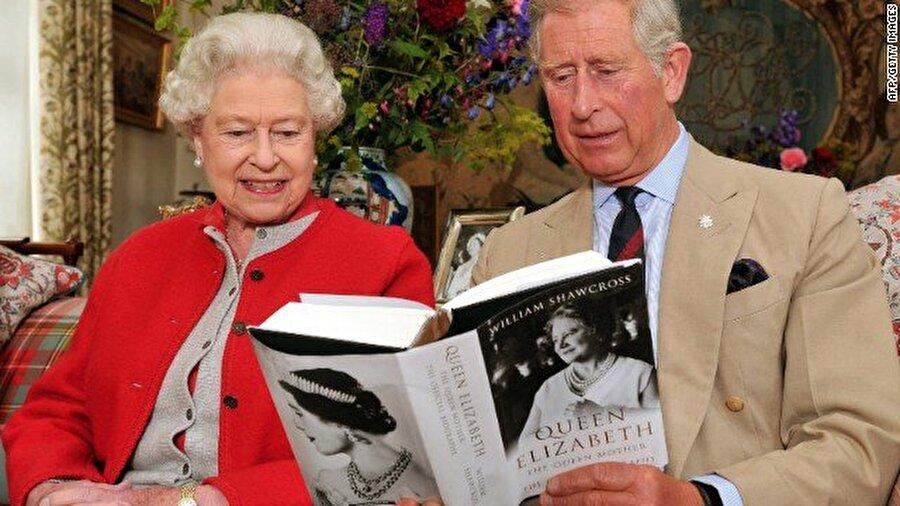 Kraliçenin sağlık sorunlarının artması ve kendi iradesiyle tahtı bırakmaması durumunda, İngiliz kanunlarına göre parlamentonun alt kanadı Avam Kamarası başkanının da aralarında olduğu bazı siyasetçi ve bürokratlardan oluşan bir heyet kendisini görevden azledebiliyor.          İkinci Elizabethin tahtı bırakması halinde oğlu Charles tahta geçecek. Böyle bir durumda 68 yaşındaki Charles İngiliz tarihinin tahta çıkan en yaşlı monarkı unvanını alacak.