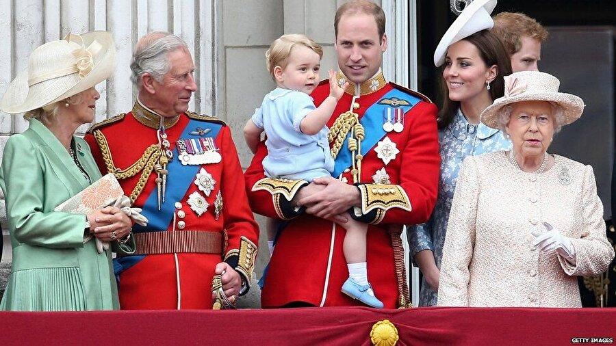 Charlesın ardından taht sırasında oğlu William ve torunu George bulunuyor.