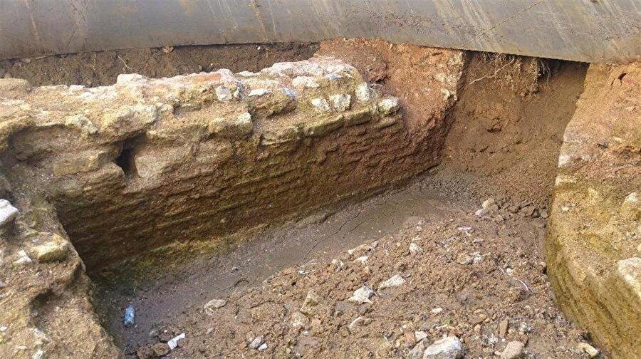 Bahse konu kazının yapıldığı yerde ise tarihi bir kilisenin olduğu sanılıyor. İhlas Haber Ajansı kazı alanına inerek bin 500 yıllık olduğu sanılan kiliseyi yakından görüntüledi. Görüntülerde kilisenin oda bölümleri ve duvarları net olarak görülebiliyor.Çevre esnafı ise kazı çalışmalarının tamamlanamamasından dolayı şikayetçi.