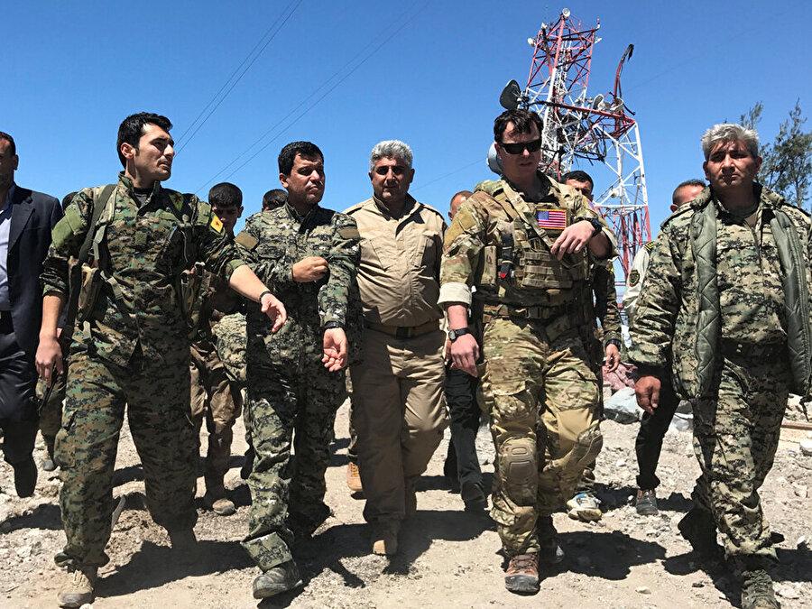Türkiye YPG'yi vurdu, ABD'li askerler bölgeye gidip teröristlerle birlikte sınırda nöbet tuttu.