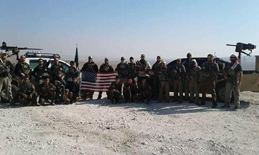 Bir de ABD askerleri kendilerince güç gösterisi yaparak Menbiç'te fotoğraf çekildi.