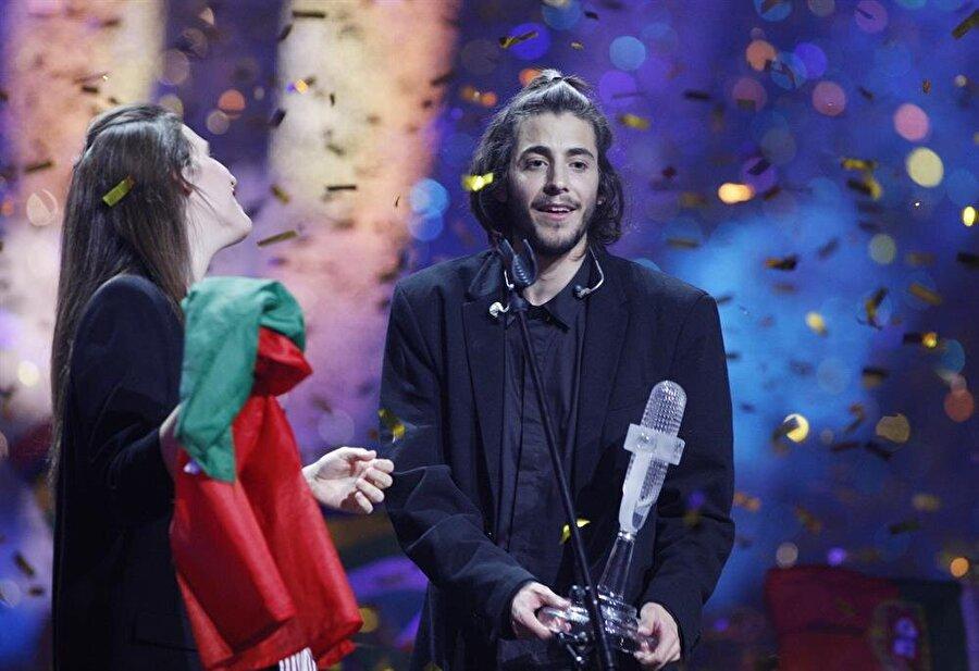 Provalara katılamadı Genç sanatçı kalp nakli beklediği için Eurovision provalarında yer almadı. Onun yerine provalara kız kardeşi Luisa katıldı.