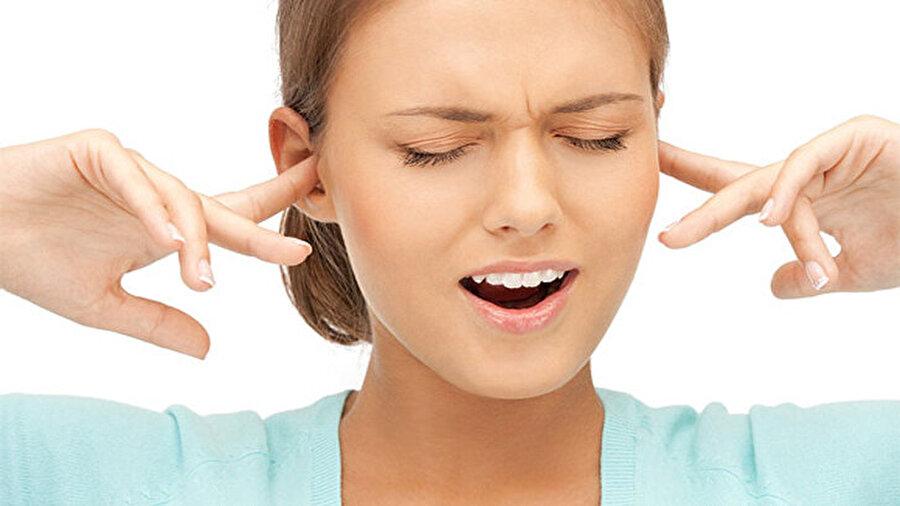 """""""Kulak zarında delinme""""                                                                           Biriken sıvı, yapışkan kıvamında olup orta kulakta çökme sonucunda kulak zarında delinme ve kalıcı işitme kayıpları yapabiliyor."""