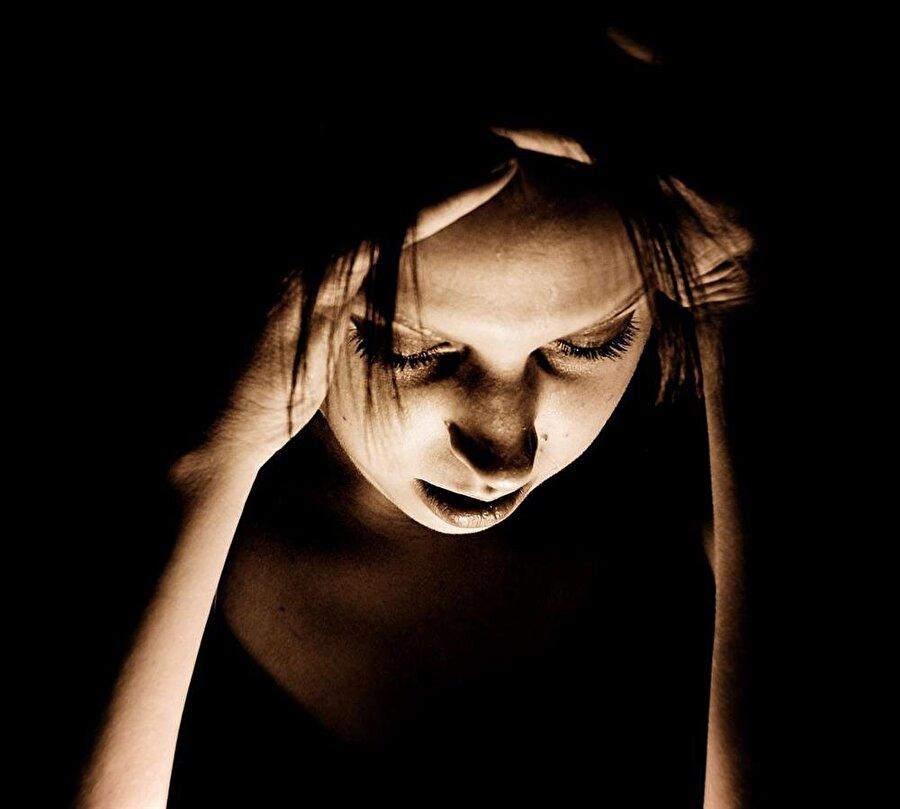 Migreni olanlar için en iyi ilaç; karanlık bir ortamda gözlerini kapatıp dinlenmektir.