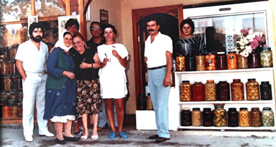 Öncelikle turşu dükkanından bahsedelim. Bu hikaye İzmir'de 90'dan fazla turşu çeşidiyle üne kavuşmuş bir turşucudan esinlenilerek yazılmış.
