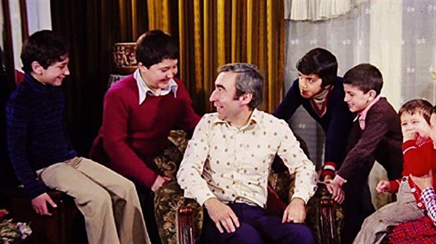 Filmin tüm karakterleri içerisinde ise sadece biri gerçektir. O da Şener Şen'in canlandırdığı Ziya. Ziya; Ertem Eğilmez'in amcasından esinlenilerek yazılmış bir karakterdir.