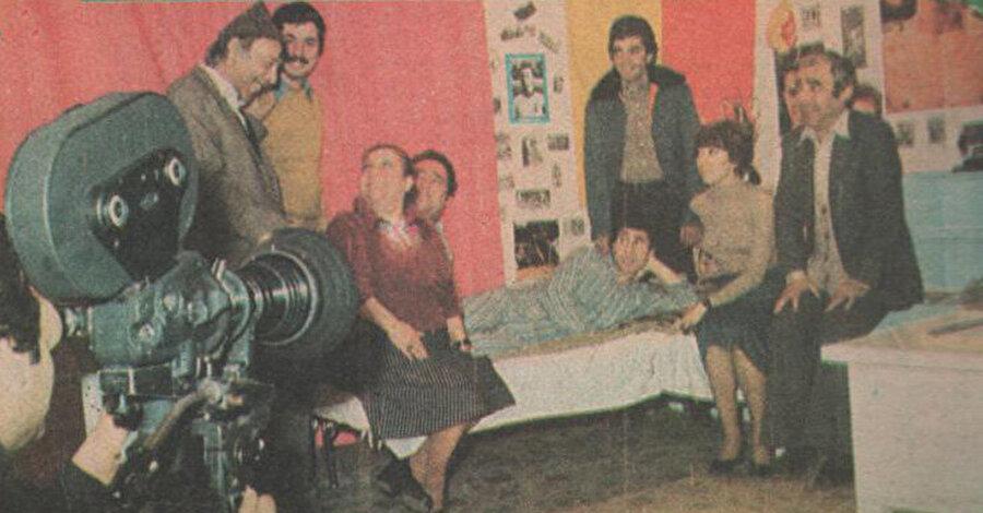 Ne var ki bu ilaç olayına bir tek Ahmet Sezerel katılmamış. Sezerel set boyunca hep limonlu çay içmeyi tercih etmiştir.